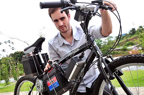 homem com bicicleta eletrica