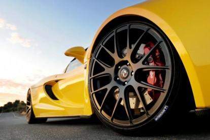 Roda esportiva preta carro amarelo