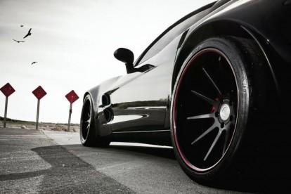Roda esportiva carro preto
