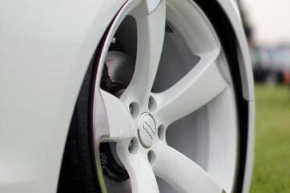 Roda esportiva Audi branca