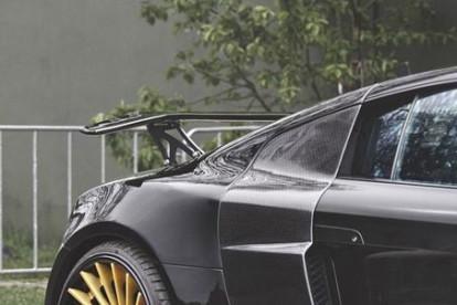 Roda esportiva dourada em carro preto