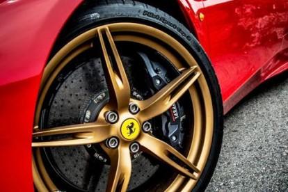 Roda esportiva Ferrari dourada
