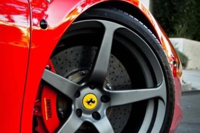 Roda esportiva Ferrari vermelha