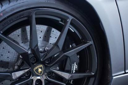 Roda esportiva Lamborghini prateada