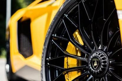 Roda esportiva Lamborghini amarela