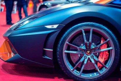Roda esportiva Lamborghini azul
