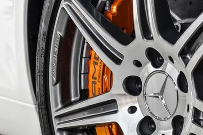 Roda esportiva Mercedes branca