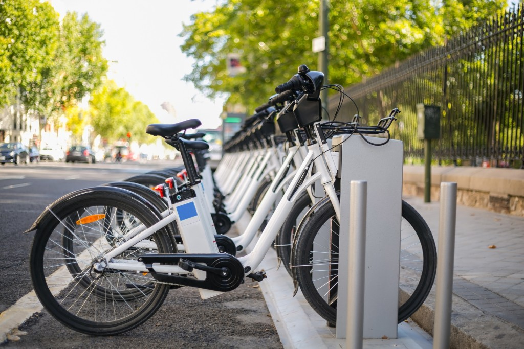 bicicleta-elétrica-estacionamento